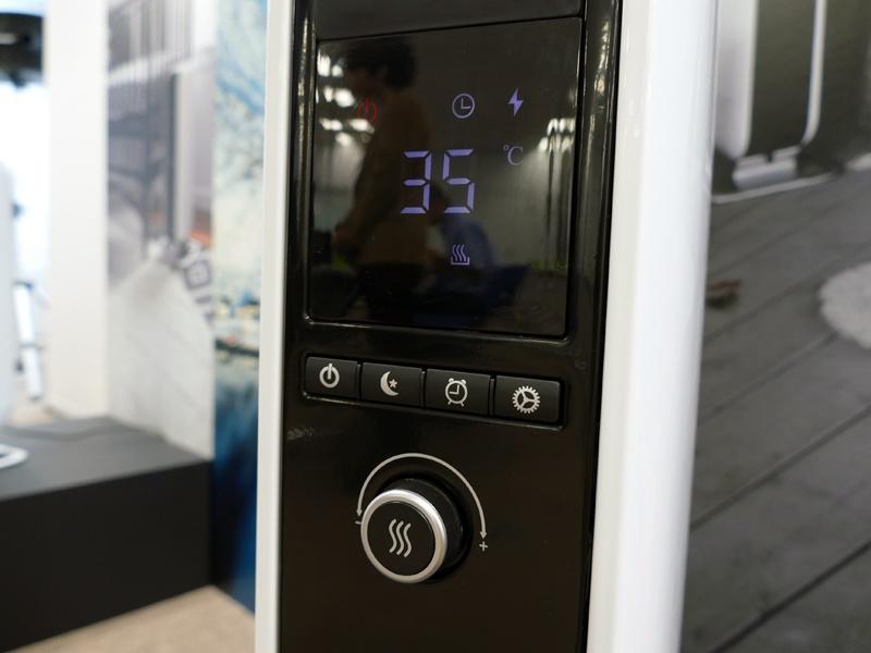 2製品共通の本体操作部。4つのボタンは、電源/おやすみタイマー/タイマー/設定。下部のダイヤルで温度や時間を調節する