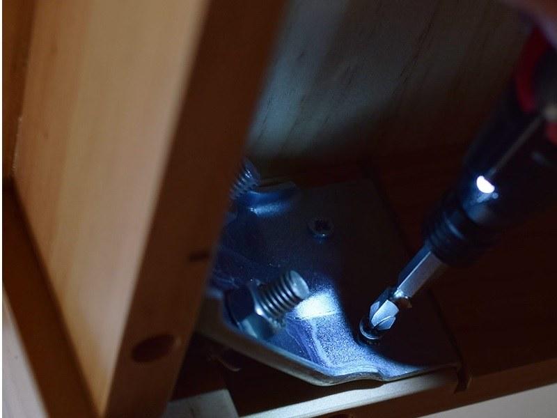 LEDライトが点灯するので暗い場所の作業もはかどる