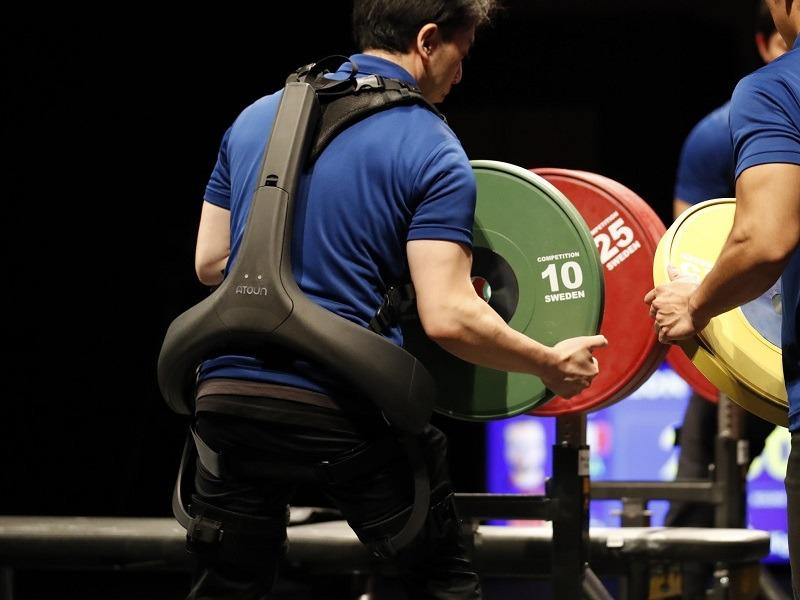 東京2020パラリンピック「パワーリフティング」競技の補助員向けに、パワーアシストスーツを提供する