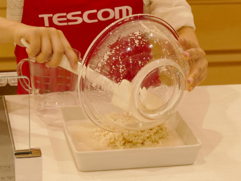 麹と水を耐熱容器に入れて、コンベクションオーブンで加熱。温度60℃、タイマーは6時間