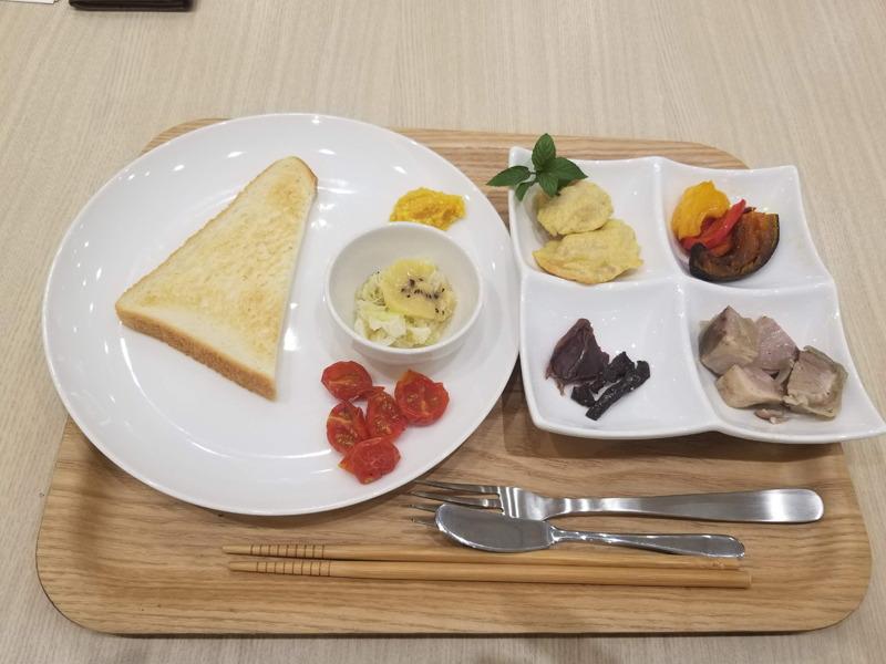 低温調理された豚肉のコンフィや、砂肝のビーフジャーキー、トースト、甘酒などが用意された