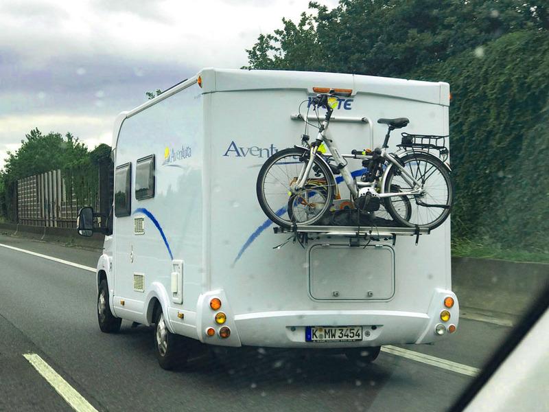 e-bikeを積んで走っているキャンピングカー