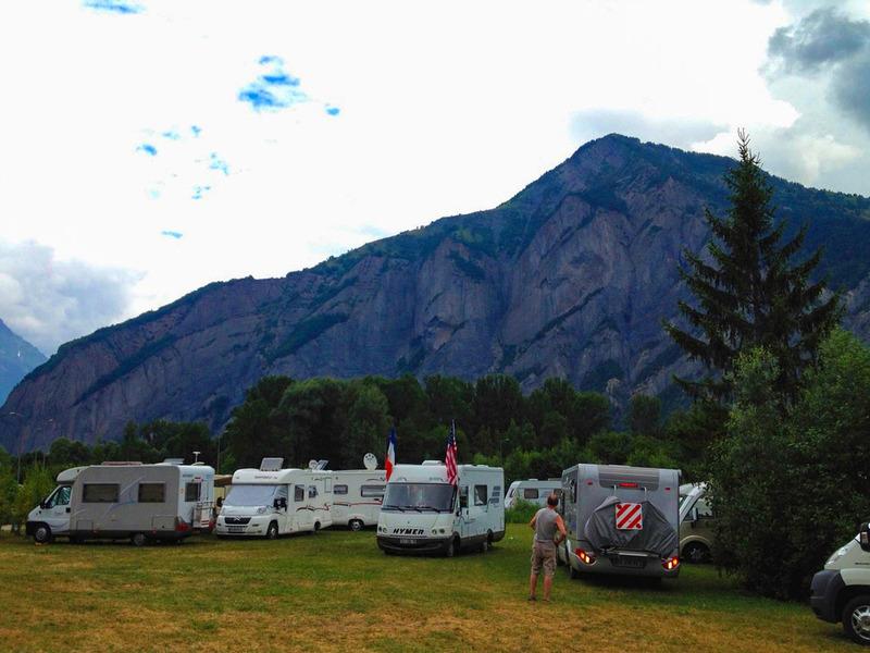 アルプスの山岳リゾートに行くと、キャンピングカーにe-bikeを積んだアクティブな人たちがたくさん!