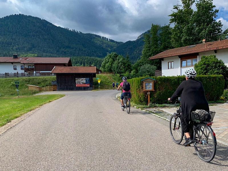 キャンピングカーを拠点として、その周辺観光などにe-bikeを使うのがヨーロッパスタイル。キャンピングカー自体が宿泊施設になり、さらにe-bikeを併用することで、とても自由でアクティブなレジャースタイルを組み立てられるというわけです
