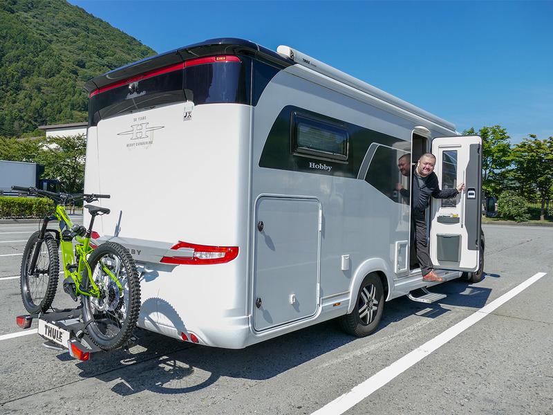 e-bikeはキャンピングカーのリアキャリアに1台、車体後部内ストレージに2台積み込みました