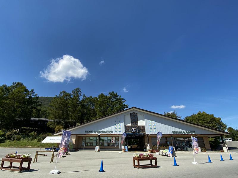 富士見パノラマリゾートのゲートハウス。この奥に各種施設を備えたセンターハウスがあります。センターハウスにはレストランやMTBレンタルショップがあるほか、スキーやMTBなどの各種スクールも受け付けています。ちなみに、この地点で既に標高約1,000m。空気が違う♪ ここにいるだけで爽快な気分になれます(今シーズンの夏季営業期間は11月4日まで)