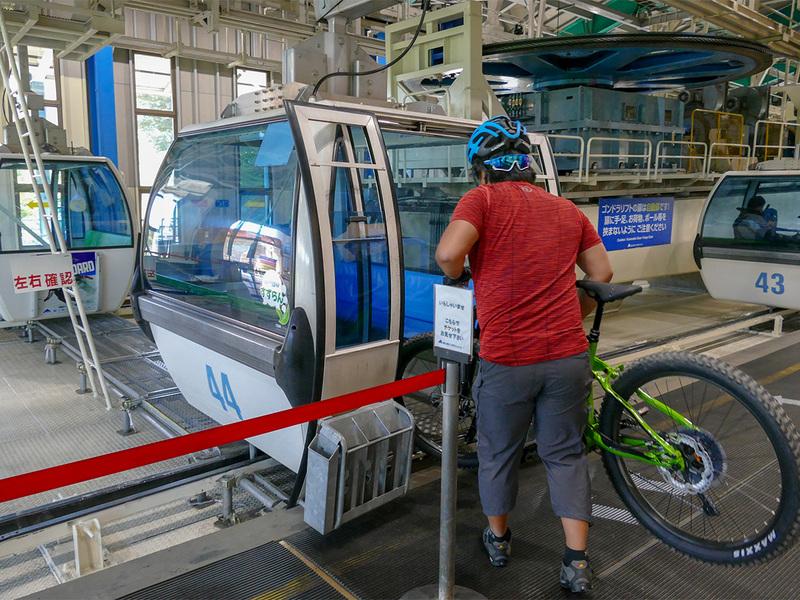 ゴンドラ山麓駅でゴンドラにe-bikeを積み込む様子。e-bikeはゴンドラ内に入れて運搬します