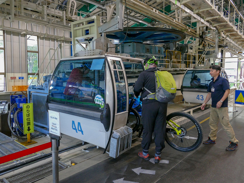 1台のゴンドラに自転車×2台と人が2人まで乗れます。慣れていなくても係員さんが手伝ってくれますので大丈夫