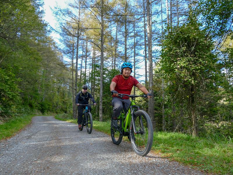 絶景を楽しんだら、今度は山頂周回ルートを楽しみます。実はややキツめのアップダウンがあったりもしますが、e-bikeなら問題なく走れます