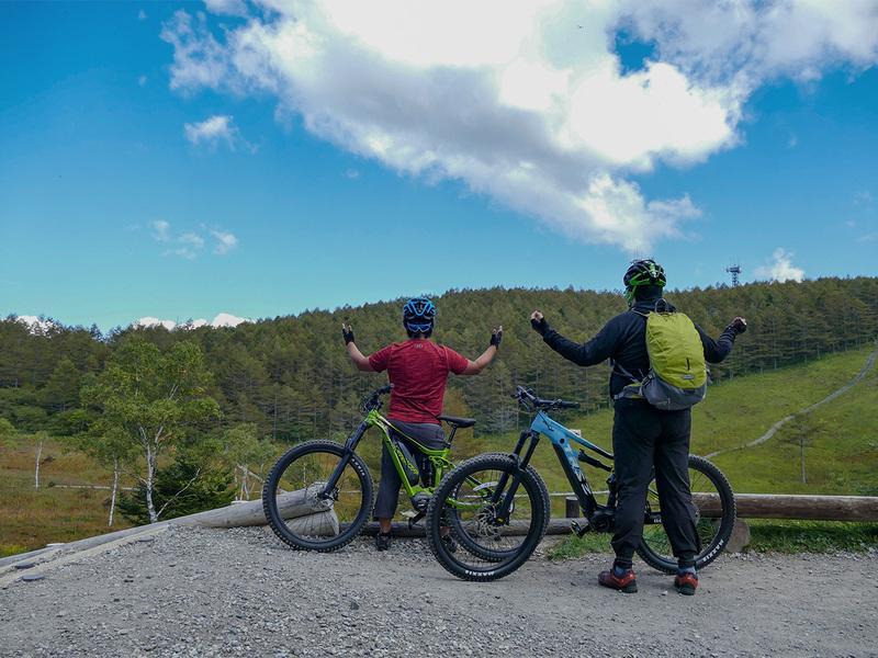 その絶景に感謝のポーズ(!?)を捧げるe-bike部員たち