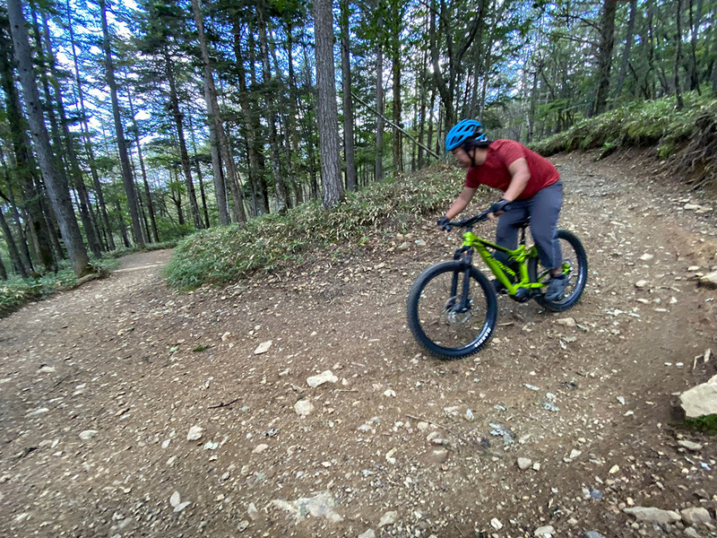 初級コースで広く走りやすいですが、斜度はけっこう急峻。スピードが乗りがちです。でもe-bikeのディスクブレーキで十分にスピードを抑えられました