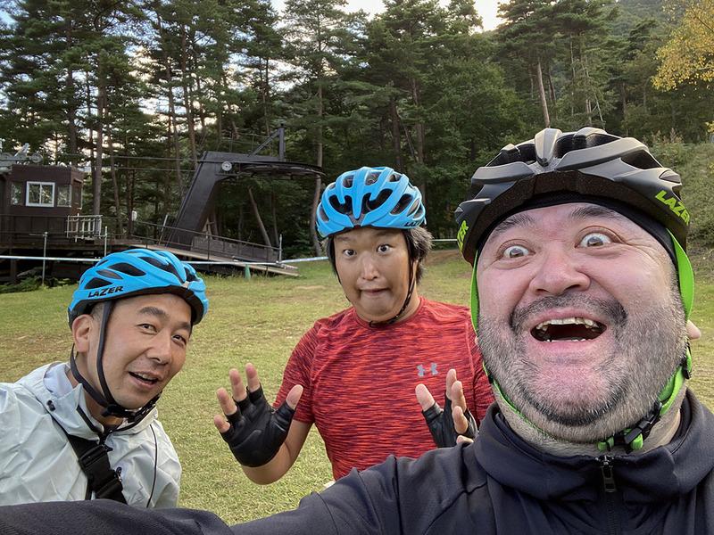ダウンヒルは楽しいわ絶景は美しいわで、ついつい我を忘れてはしゃいで珍しく自撮りまでしてしまうe-bike部メンバーたち(左から、清水、難波、筆者)
