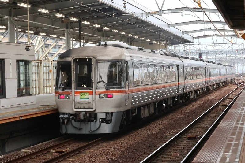 JRの主要幹線を除くと、岐阜県内はディーゼルカーが黒煙を上げて風を切る