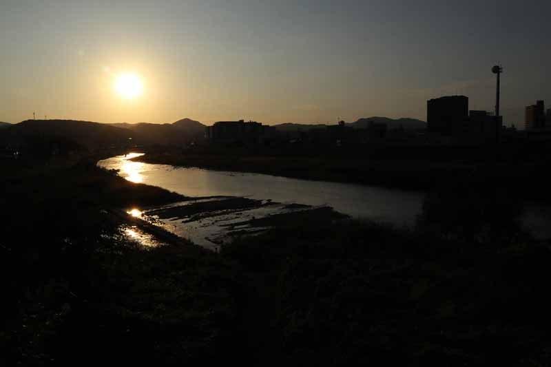 市内をかっぱ伝説の残る土岐川が流れ、盆地になった市内を囲むように小高い山々がある