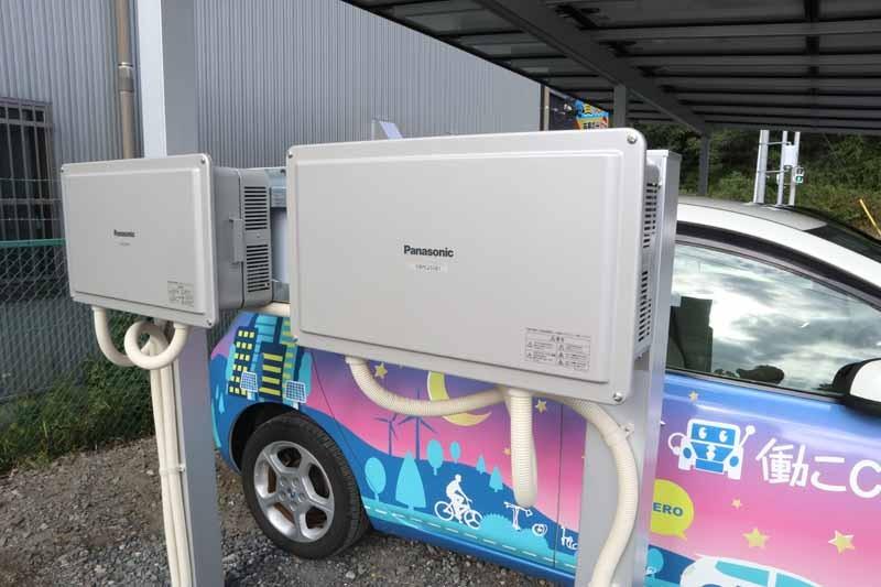 協賛企業に設置されるカーポート。屋根に太陽光パネルがつけられ、電気自動車用の充電器を備える