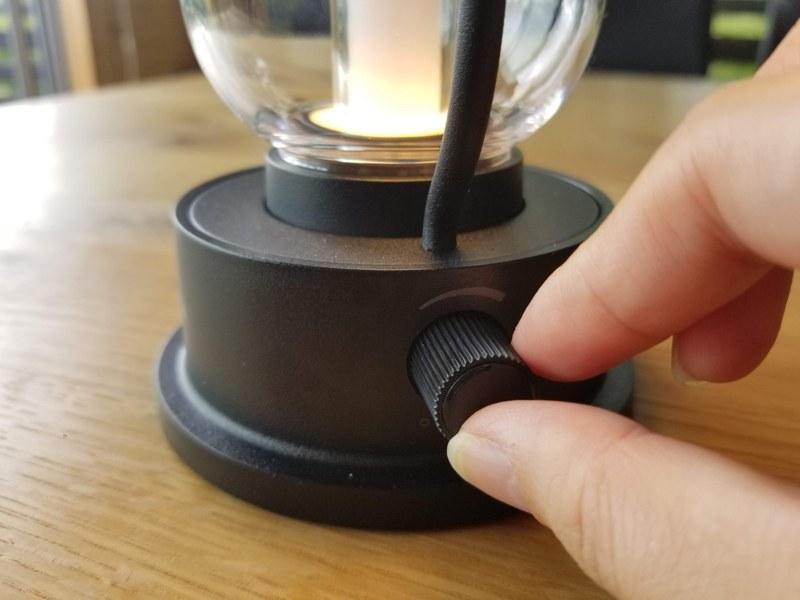 ダイヤルを回して電源のON/OFFと調光を行なう