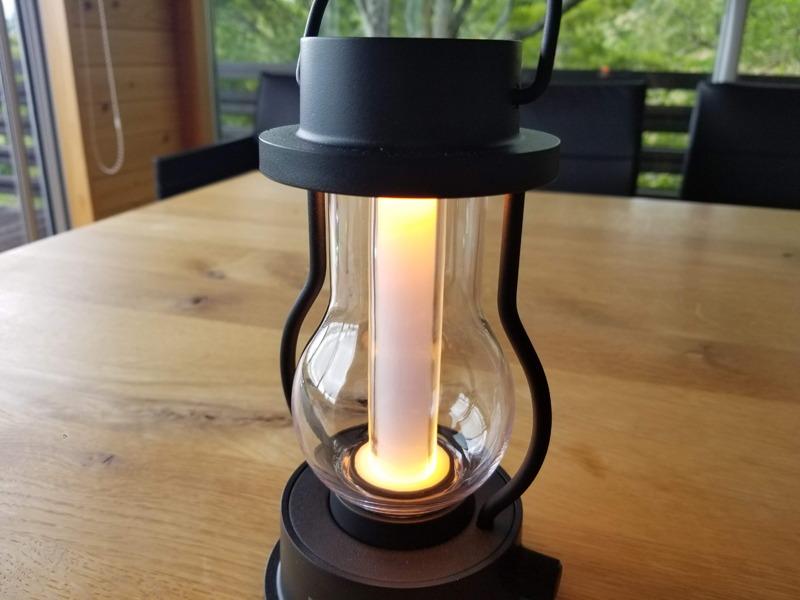 調光は、暖色~温白色の光色変化を伴って無段階で行なえる。上から下へ光を照射する構造。全光束は約195lm