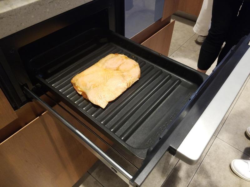 冷凍鶏肉をグリル皿に乗せる。調理時間は20分