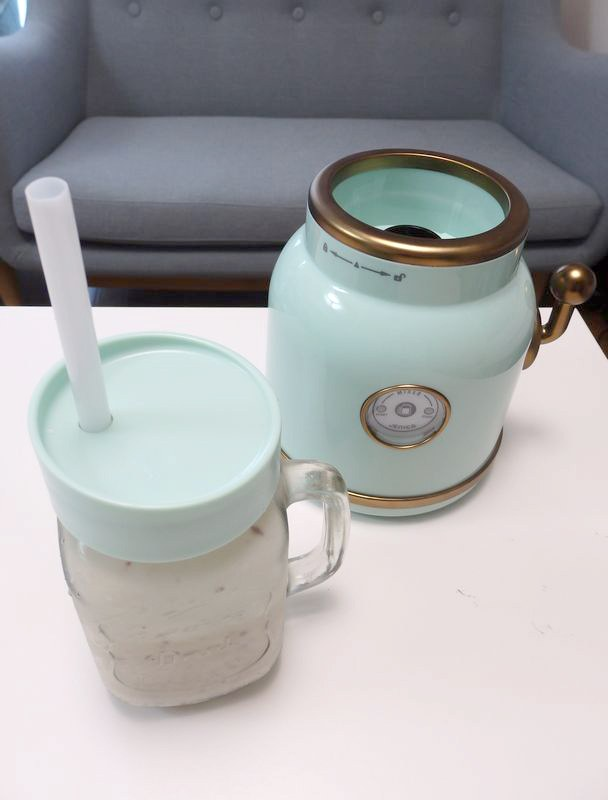 ガラスのジャーの付属のストロー付きキャップを取り付ければ、そのまま飲むことができる