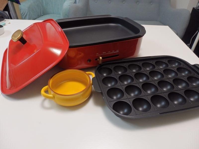 「JENICA ホットプレート」価格:4,980円(税抜)。平面プレートのほか、たこ焼きプレート、フォンデュ用の小鍋が付属している