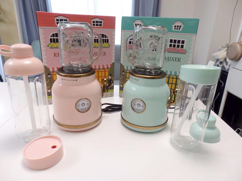 ピンクとグリーンの2色展開。ガラスのジャーのほかに、持ち歩き用のトライタン製の軽いボトルも付属している