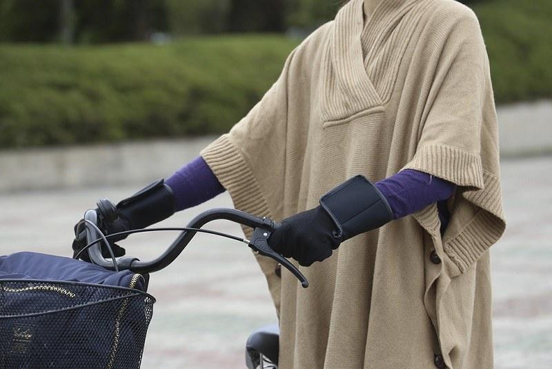 伸縮性のある素材のため自転車のハンドルが握りやすい