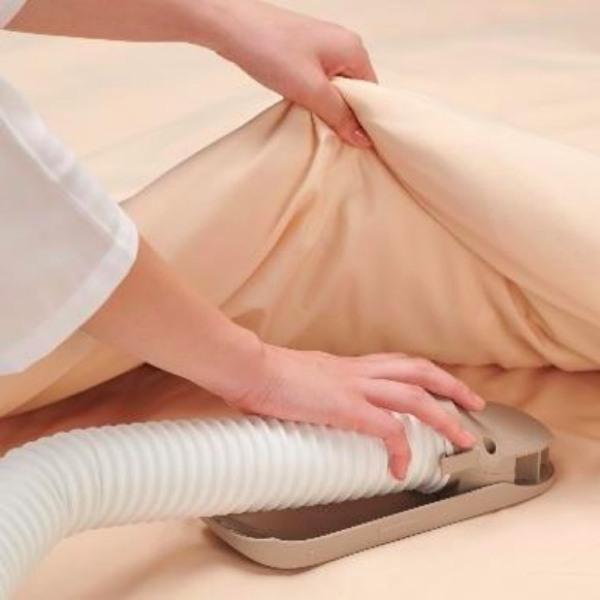 本体からアタッチメントを取り出して、ホースを伸ばし、布団に差し入れるだけでセット完了