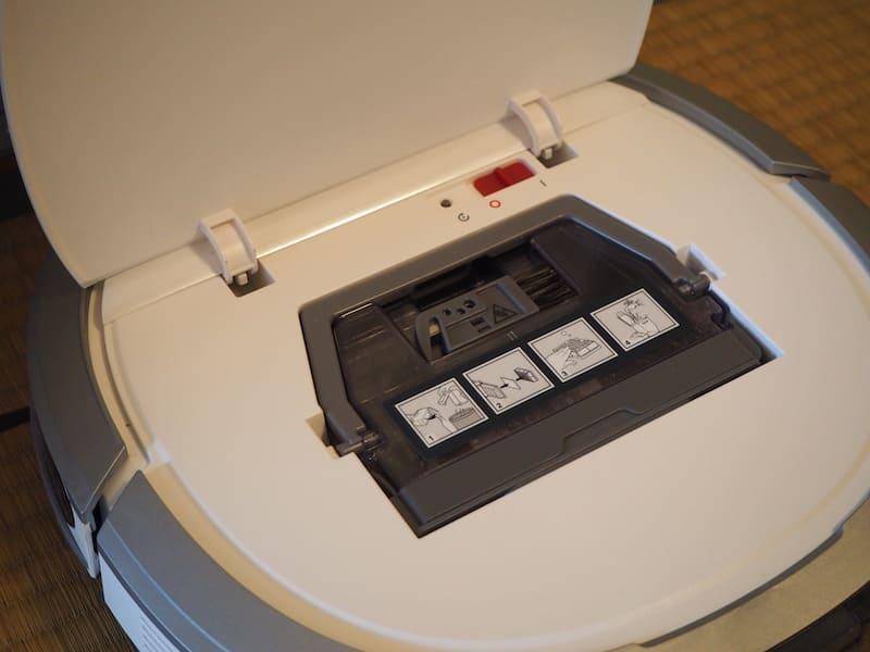本体上部を開くと、吸引清掃用のダストボックスが現れる