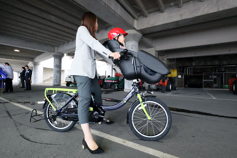 PAS Kiss mini un SPに、実際に子供を乗せて走行するデモ
