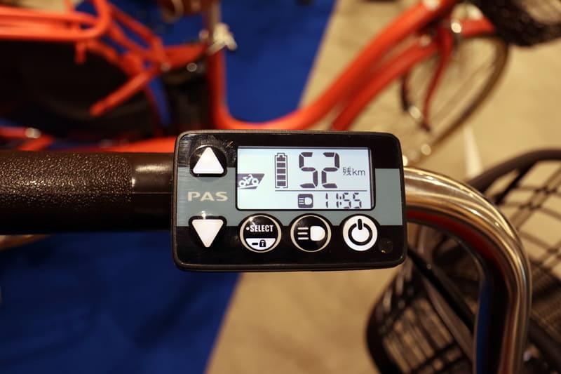 「スマートパワーモード」は、自動にアシストパワーを調整するが、モード切り替えも可能。また、ヤマハの電動自転車は時計表示があるのも特徴