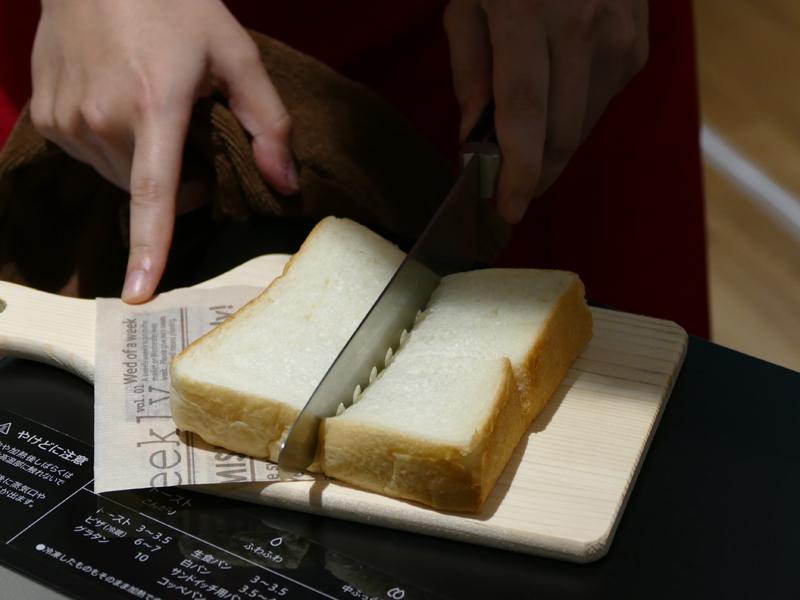 運転終了後。冷凍食パンと見た目はほとんど変わらないが、触ってみるとふわふわで、包丁を入れると弾力があるのがわかる