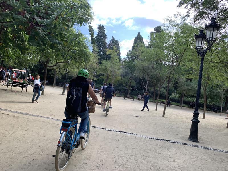 最近、ヨーロッパではe-bikeで緩く散歩する人が増えています