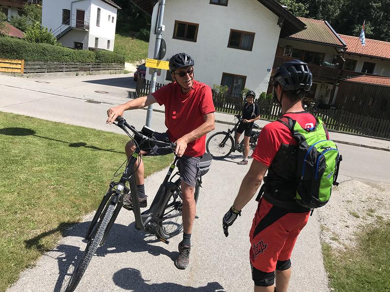 シニアのご夫婦もe-bikeで観光を楽しんでいます