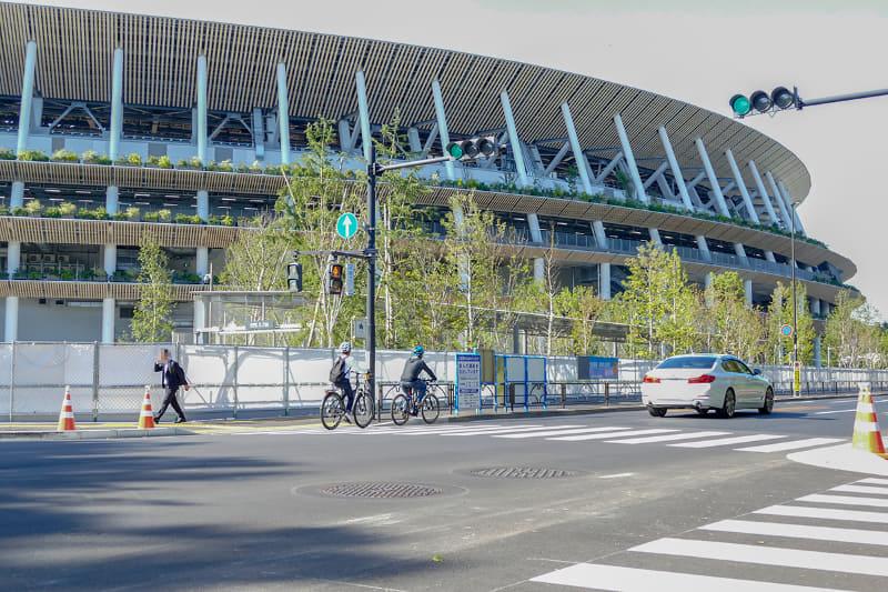 いつの間にかほぼ完成している新国立競技場。e-bike散歩ならば、「ちょっと見てみよう」と動いて、いろいろな場所に寄れます