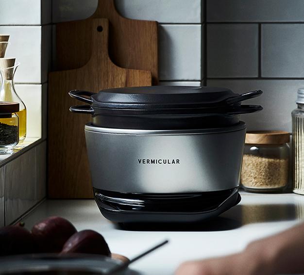 同社が展開する、鋳物ホーロー鍋(写真左)と、それを使った炊飯器「バーミキュラ ライスポット」(写真右)