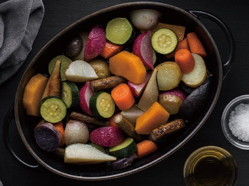 バーミキュラごと薪窯で焼き上げた季節の野菜