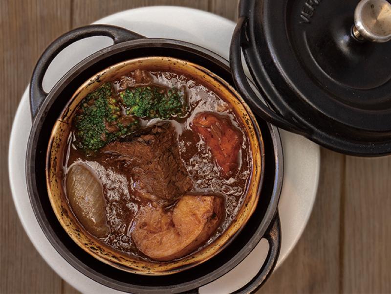 バーミキュラの鍋で無水調理したビーフシチューや季節野菜のポトフなどが食せる