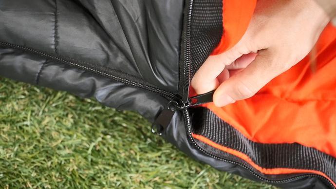 ファスナーつまみを外側と内側に備える