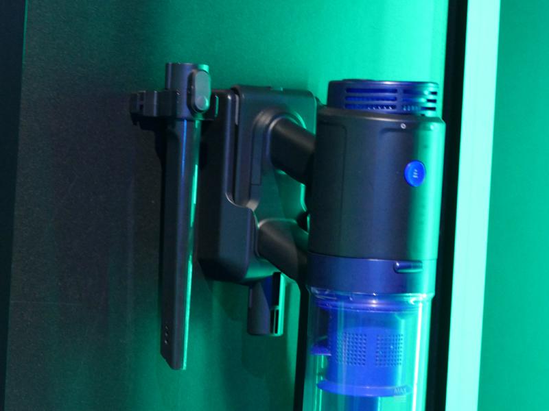 隙間ノズルと延長ホースを収納できる充電アタッチメントも付属