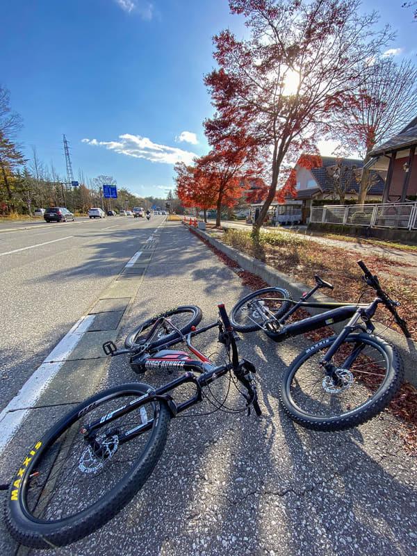 初日は午後からの紅葉ライド。これは軽井沢駅北側の県道43号線(プリンス通り)にある無料駐車場でe-bikeを下ろしたところ。整備された観光地だけに、道路脇にこういった駐車場が多数。ここにトランスポーターを駐め、軽井沢をe-bikeで巡ります