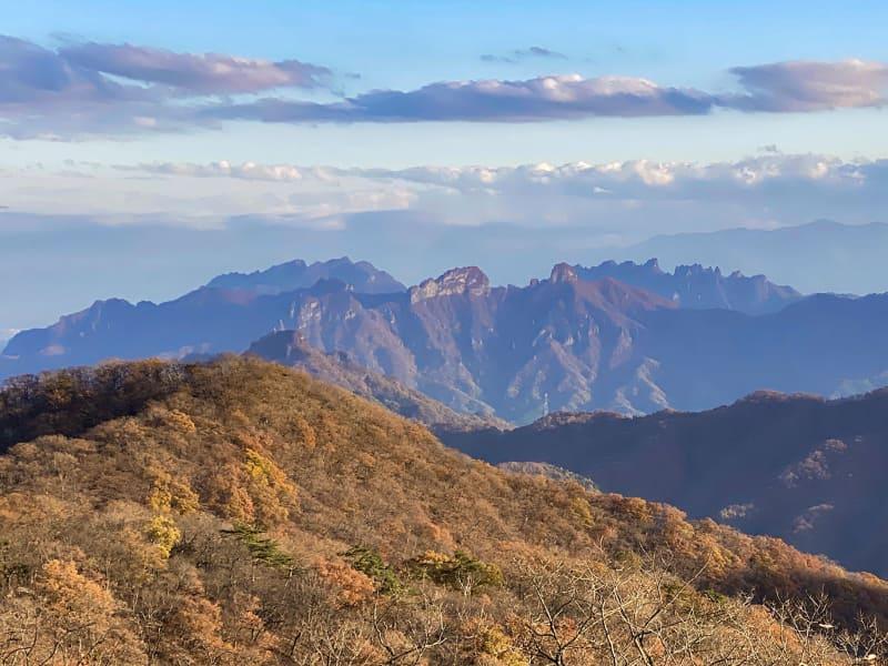 遠くに見えるギザギザの山は? 妙義山らしい