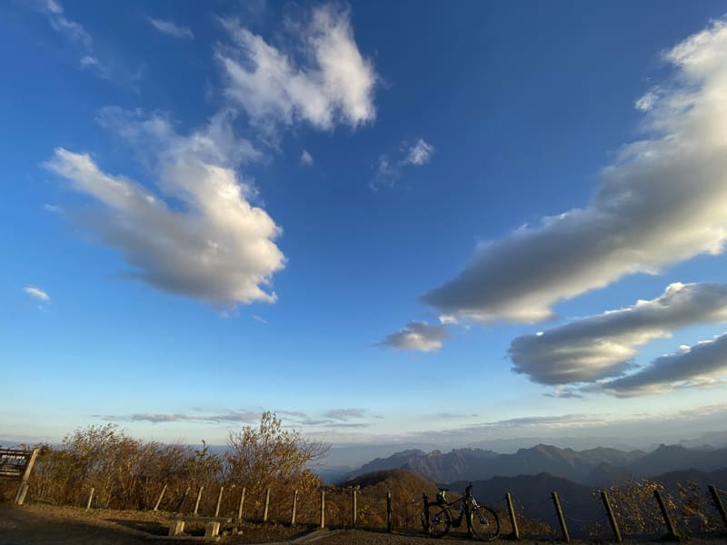 う~ん、雲が近い。空が青く遠い