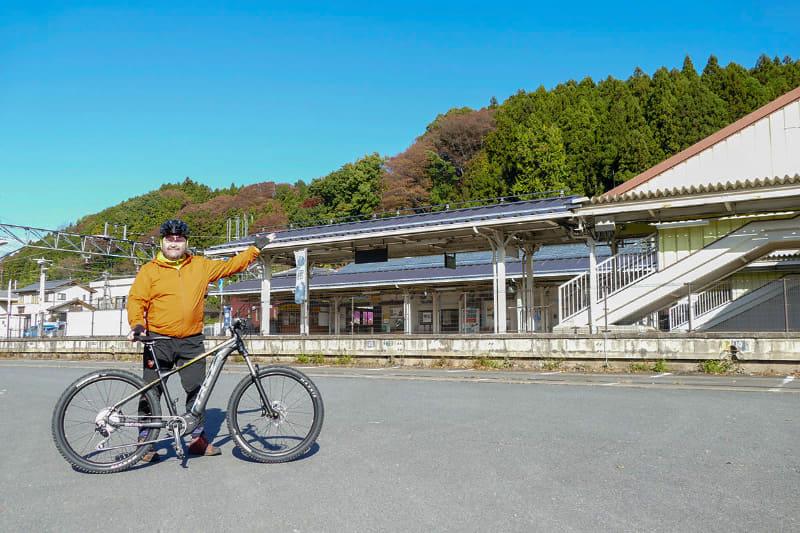 こちらは「釜めし」で有名な横川駅。朝日が眩しい! さっそくe-bike観光&紅葉狩り開始です