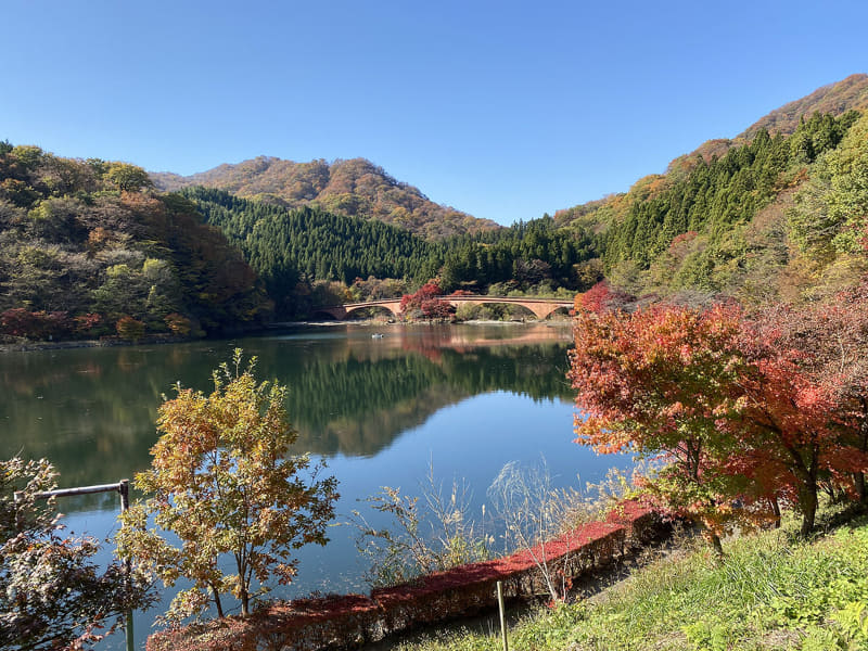横川駅付近から約4.5kmで第1目標の碓氷湖(坂本ダム)に到着。獲得標高170mですが、ほんの少しのヒルクライムというイメージですぐ到着してしまいました。湖周辺はほんのりと紅葉。静かでキレイな湖です