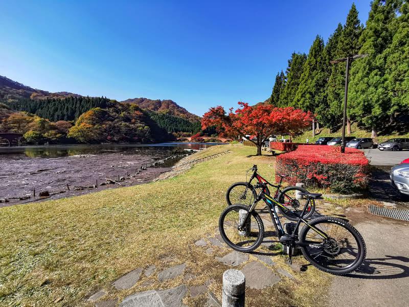 観光スポットより離れた場所にトランスポーターを駐めて拠点とし、各スポットをe-bikeで回れば、駐車場の満空と関係なくスムースに観光を楽しめます。観光にはやはりe-bikeが「ドはまり」ですね~♪