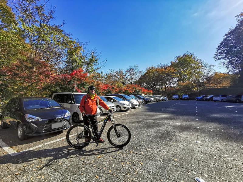 ちなみにコチラはめがね橋付近にある「めがね橋駐車場」。トイレもあるキレイな観光用無料駐車場ですが……平日の午前中なのにすでに満車! やっぱり観光はe-bikeだわ~e-bike部観光スタイル完全勝利だわ~♪