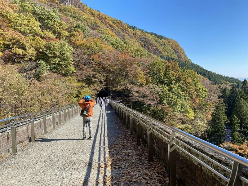 めがね橋の上。鉄道が走っていたルートは「アプトの道」(横川駅~熊ノ平駅間/約6km)と呼ばれる整備されたハイキングコースになっています