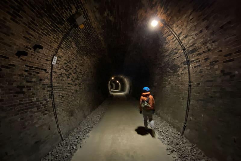 トンネルの中はけっこー暗い。そして涼しい……というかちょっと寒い