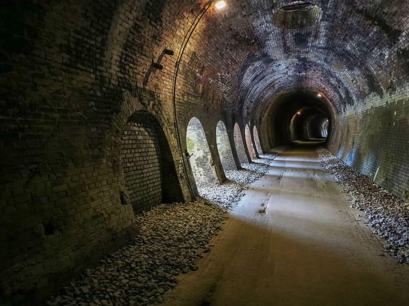 途中、トンネル横に穴が……