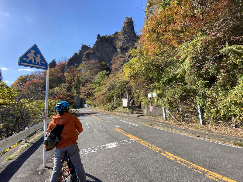 妙義山周辺には、妙義山っぽい不思議な岩山だけど実は妙義山じゃない山がけっこうあります。「あっアレが妙義山?」「あっ違った」などと迷いつつも走り続けるe-bike部なのでした